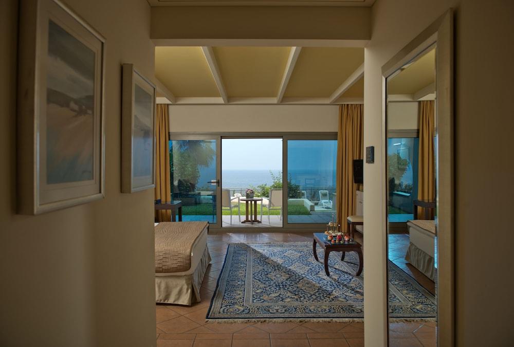https://i.travelapi.com/hotels/1000000/1000000/992000/991961/6b36ab2d_z.jpg