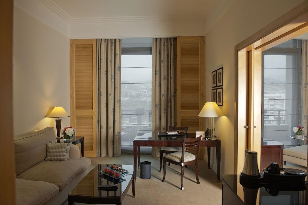 https://i.travelapi.com/hotels/1000000/1000000/992000/991961/9b13a2ca_z.jpg