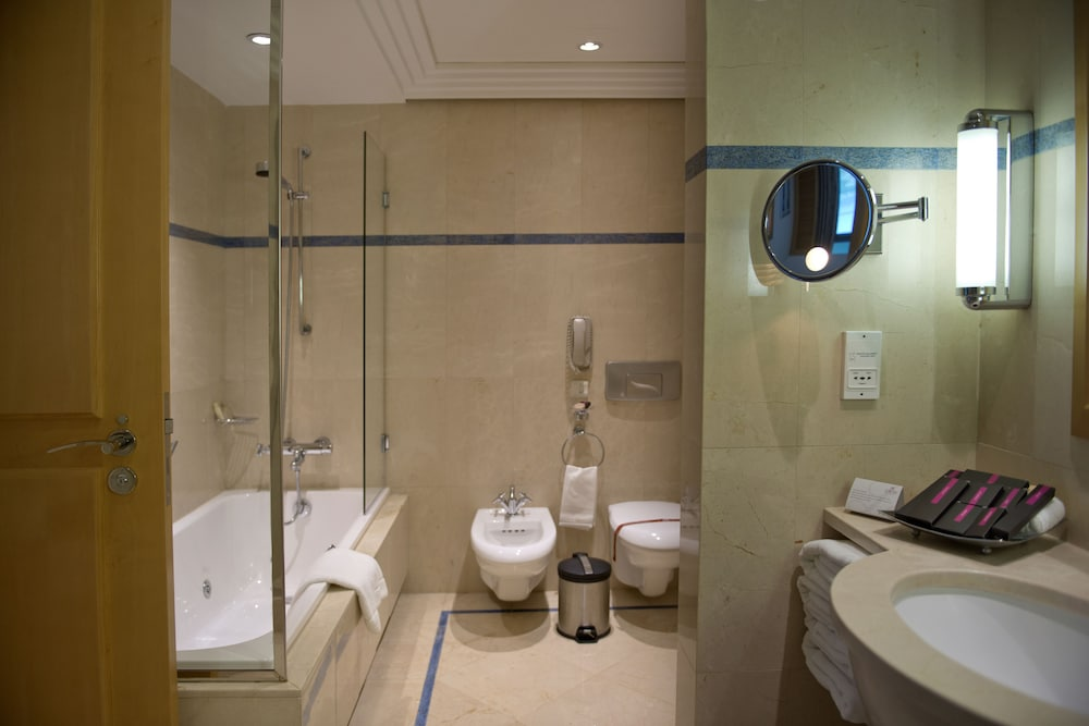 https://i.travelapi.com/hotels/1000000/1000000/992000/991961/a36ee46a_z.jpg