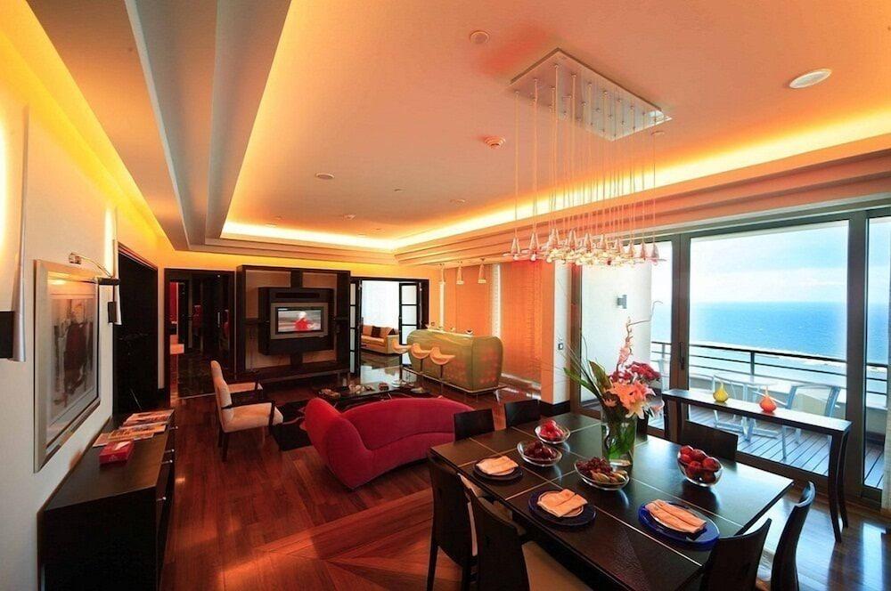 https://i.travelapi.com/hotels/1000000/1000000/992000/991961/a49956b9_z.jpg