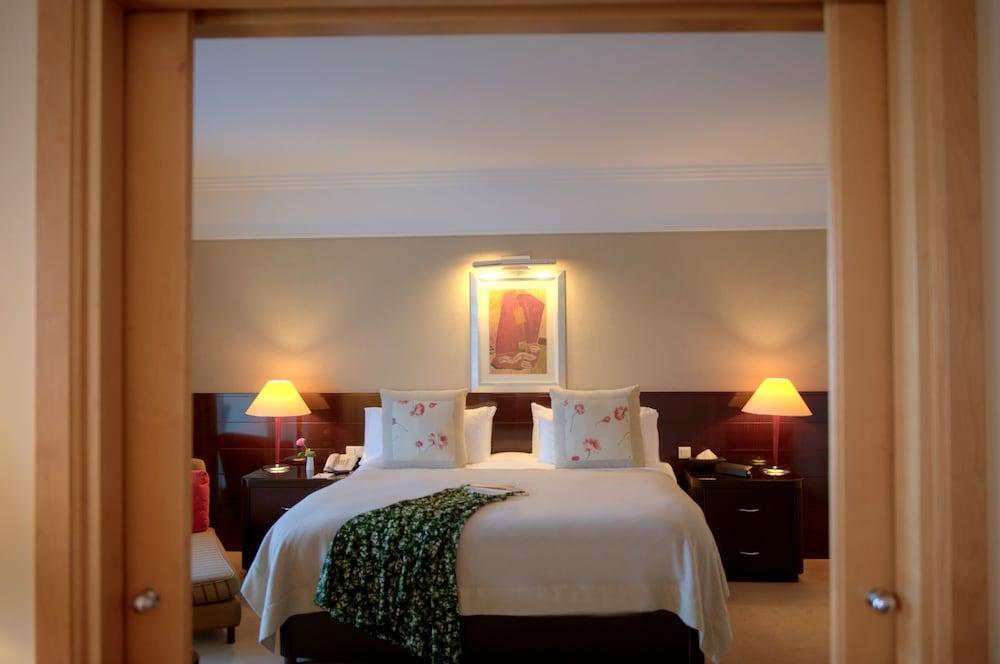 https://i.travelapi.com/hotels/1000000/1000000/992000/991961/b8e08c8d_z.jpg