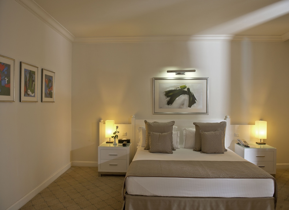 https://i.travelapi.com/hotels/1000000/1000000/992000/991961/f6d27525_z.jpg