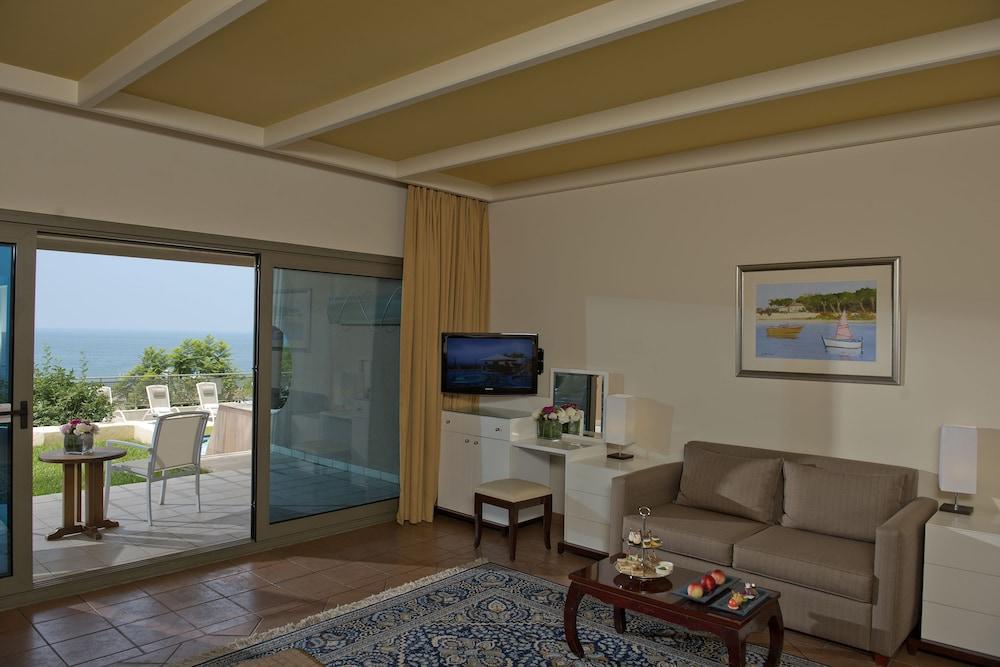 https://i.travelapi.com/hotels/1000000/1000000/992000/991961/fbdc068e_z.jpg