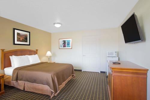 Howard Johnson Hotel & Suites by Wyndham St. George, Washington