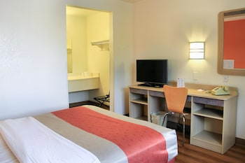 Deluxe Room, 1 Queen Bed, Non Smoking, Refrigerator & Microwave