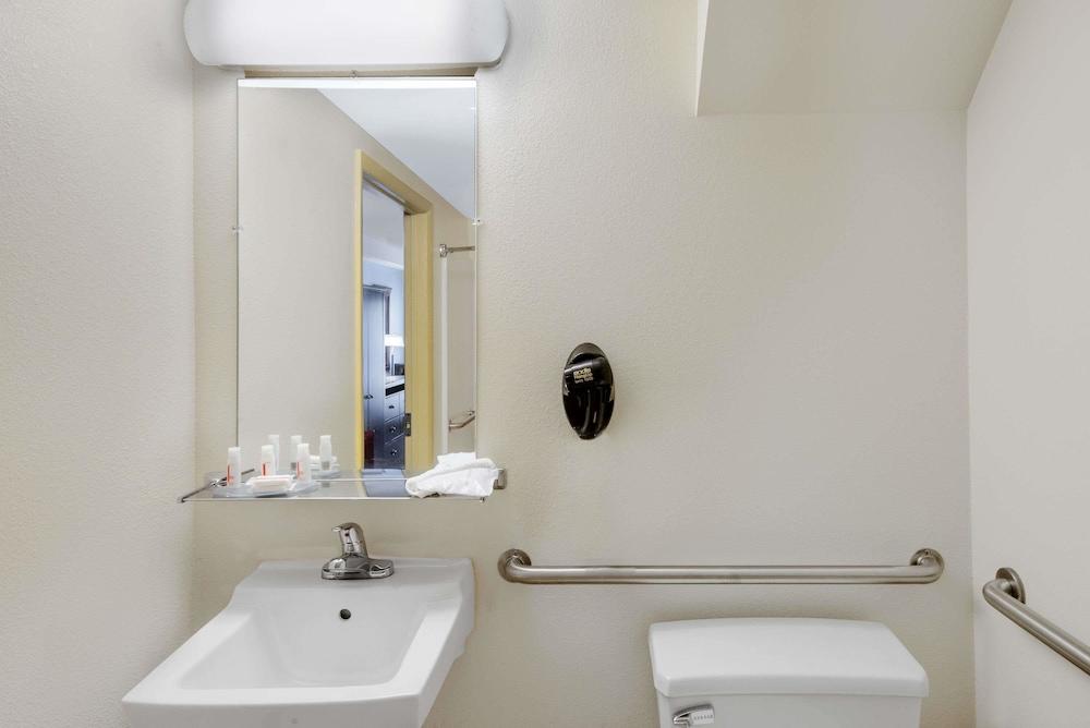 데이즈 인 바이 윈덤 제네바/핑거 레이크스(Days Inn by Wyndham Geneva/Finger Lakes) Hotel Image 14 - Bathroom