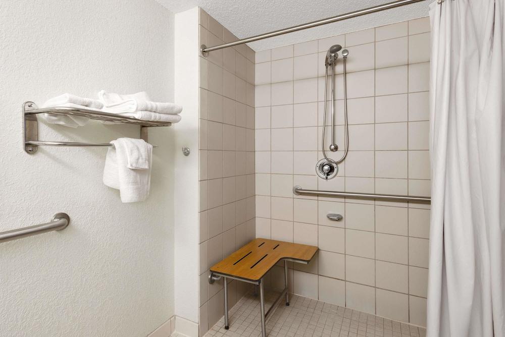 데이즈 인 바이 윈덤 제네바/핑거 레이크스(Days Inn by Wyndham Geneva/Finger Lakes) Hotel Image 15 - Bathroom