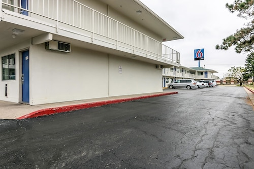 Motel 6 Janesville, Rock