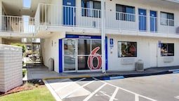 Motel 6 Bakersfield, CA - South