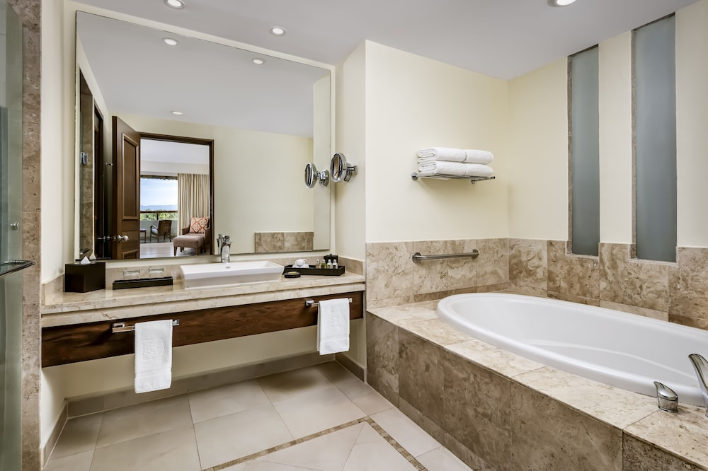 https://i.travelapi.com/hotels/1000000/1000000/996800/996714/5caee5bc_z.jpg