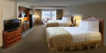 Executive Studio, 2 Queen Beds, Partial Ocean View