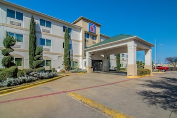 Exterior at Motel 6 Dallas - North - Richardson in Dallas