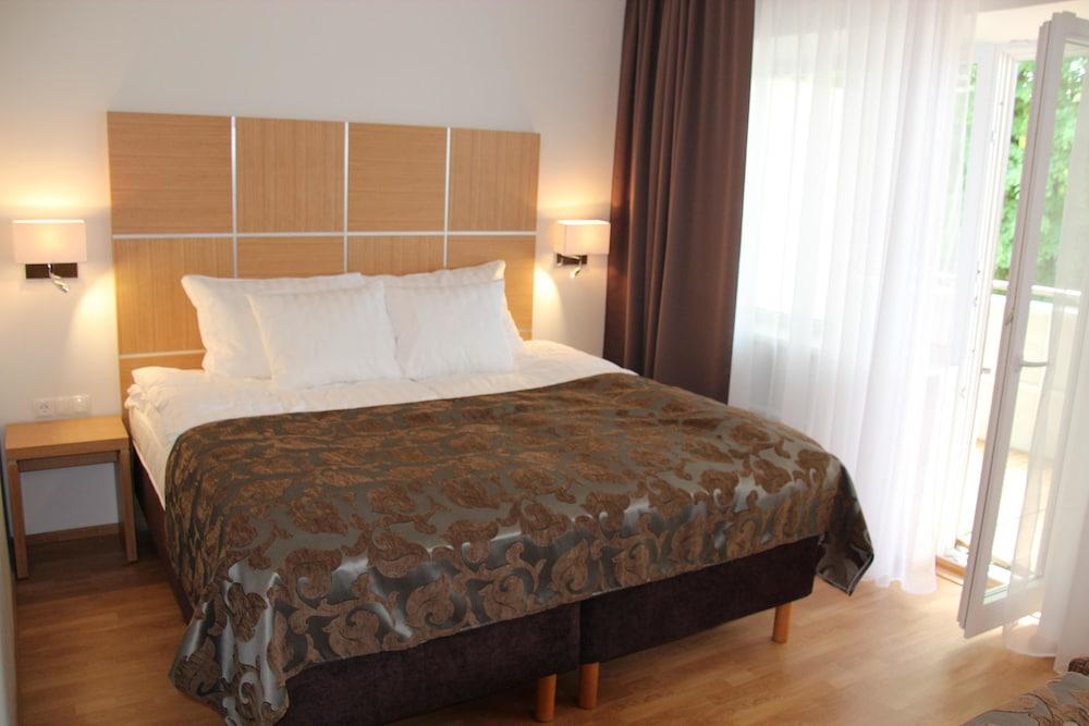 https://i.travelapi.com/hotels/1000000/110000/107600/107546/86dd1e8a_z.jpg