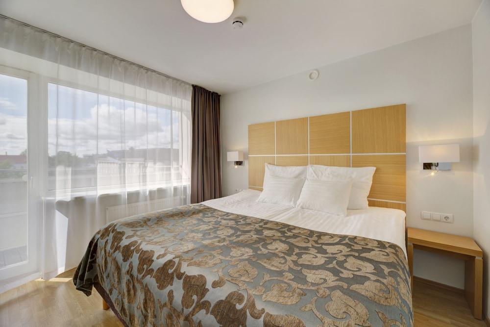https://i.travelapi.com/hotels/1000000/110000/107600/107546/ce166a5c_z.jpg