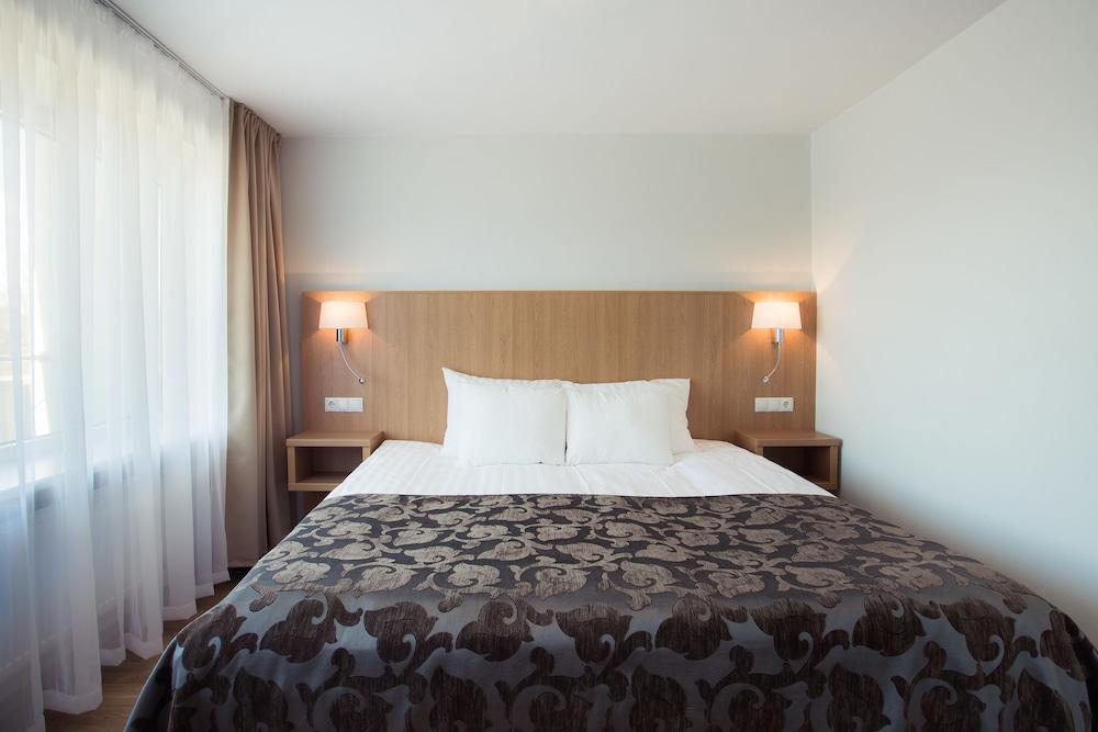 https://i.travelapi.com/hotels/1000000/110000/107600/107546/d5f05145_z.jpg