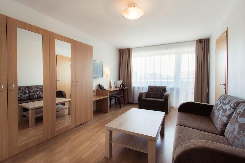 https://i.travelapi.com/hotels/1000000/110000/107600/107546/d62d603d_z.jpg