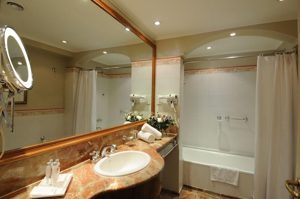https://i.travelapi.com/hotels/1000000/110000/109200/109168/144b0332_z.jpg