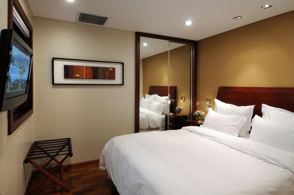 https://i.travelapi.com/hotels/1000000/110000/109200/109168/5c0a342e_z.jpg