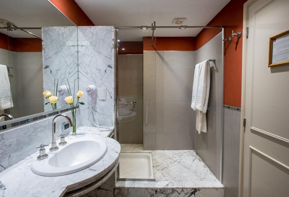 https://i.travelapi.com/hotels/1000000/110000/109200/109168/8df7b682_z.jpg