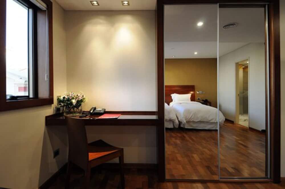 https://i.travelapi.com/hotels/1000000/110000/109200/109168/b264119a_z.jpg