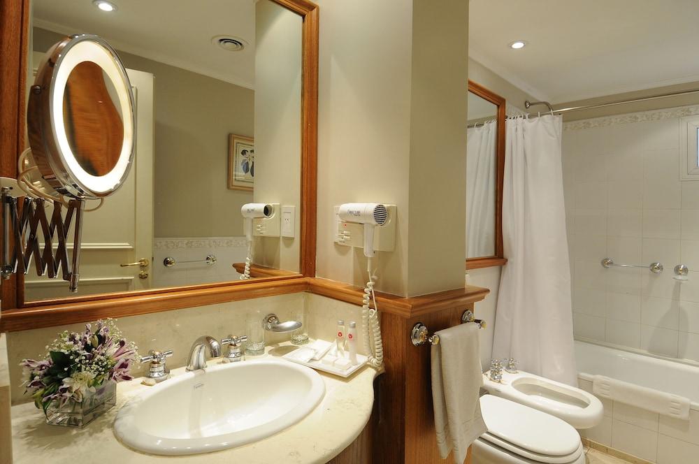 https://i.travelapi.com/hotels/1000000/110000/109200/109168/cdb08ebb_z.jpg