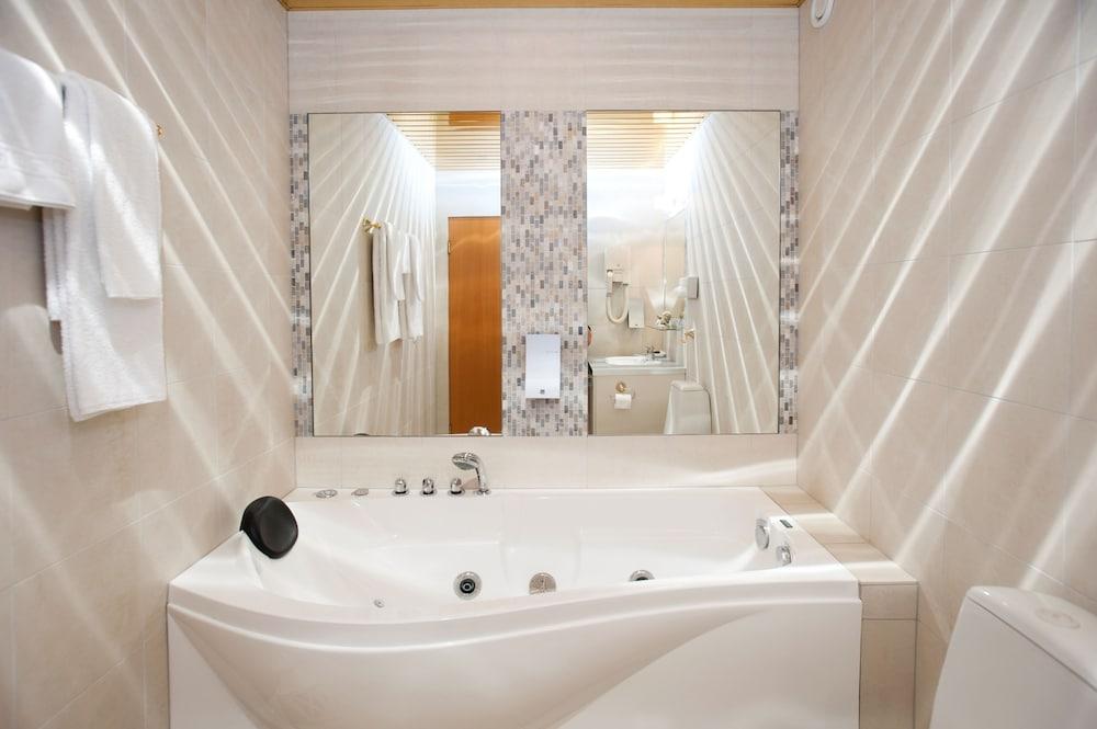 https://i.travelapi.com/hotels/1000000/120000/119500/119429/bcb26ead_z.jpg