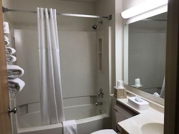 Super 8 by Wyndham Canonsburg/Pittsburgh Area - Bathroom  - #0