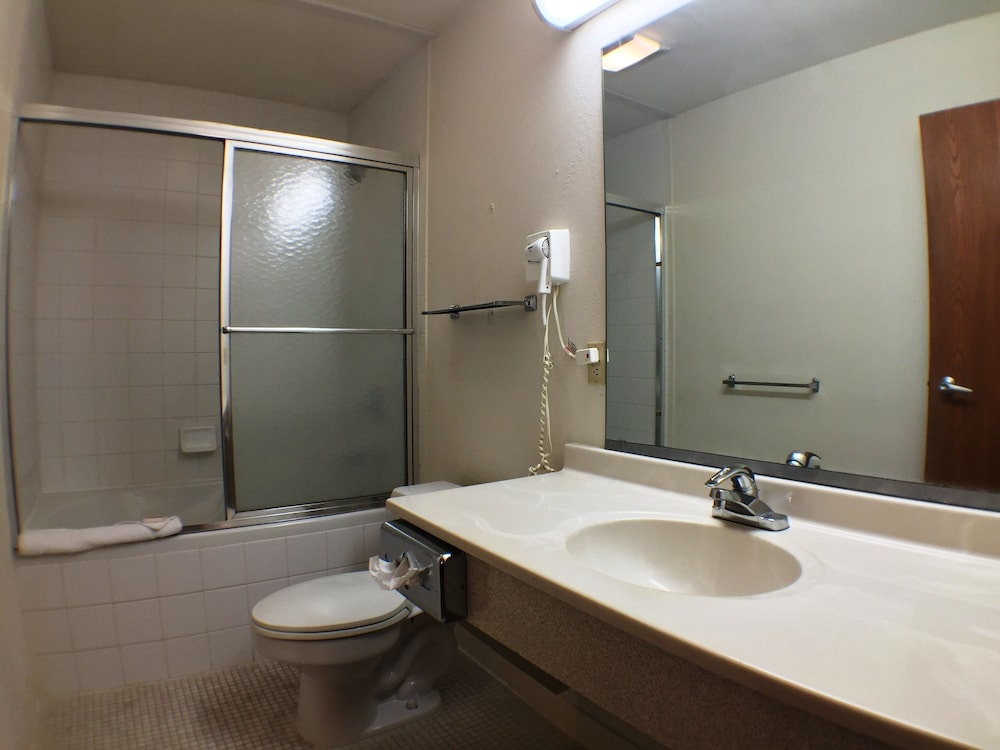 수퍼 8 바이 윈덤 웹스터/로체스터(Super 8 by Wyndham Webster/Rochester) Hotel Image 24 - Bathroom