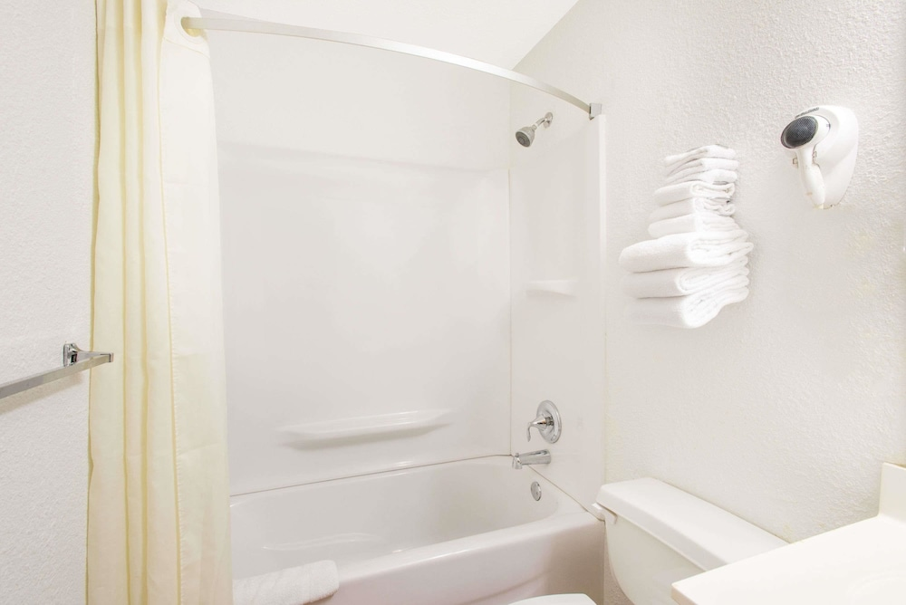 수퍼 8 바이 윈덤 웹스터/로체스터(Super 8 by Wyndham Webster/Rochester) Hotel Image 28 - Bathroom