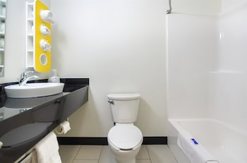 Motel 6 South Bend - Mishawaka IN - Bathroom  - #0