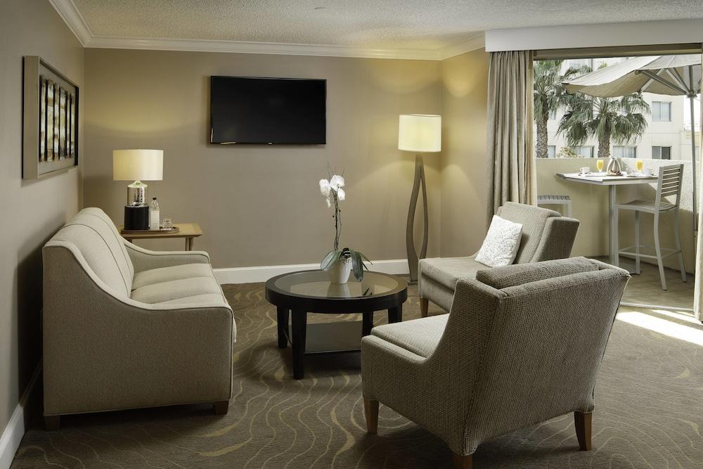 https://i.travelapi.com/hotels/1000000/130000/126600/126563/04581785_z.jpg