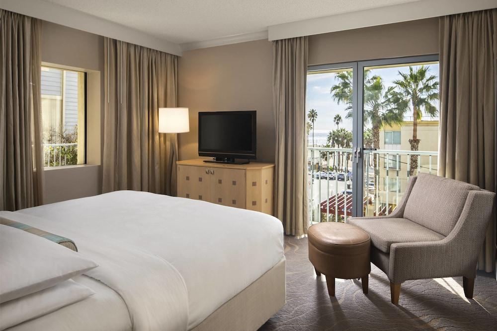 https://i.travelapi.com/hotels/1000000/130000/126600/126563/26b16cdc_z.jpg