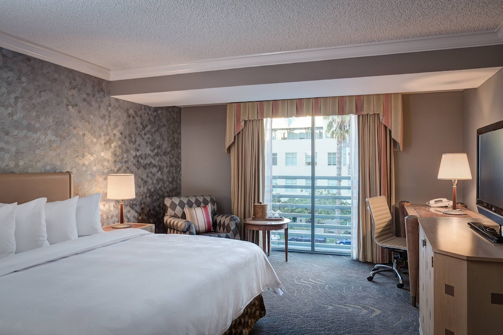 https://i.travelapi.com/hotels/1000000/130000/126600/126563/2a4bdf9c_z.jpg
