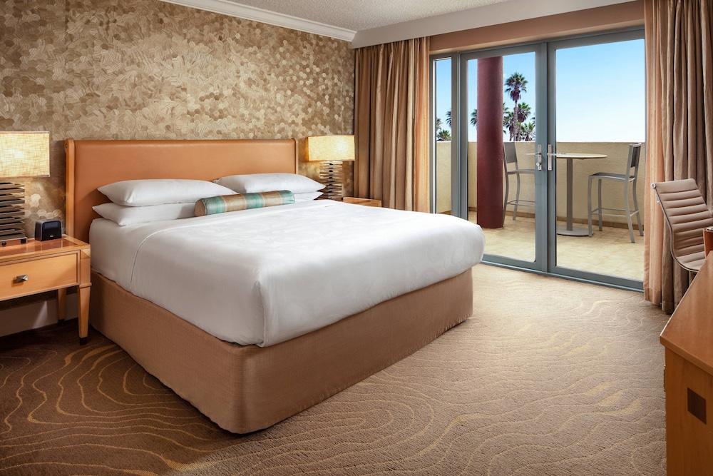 https://i.travelapi.com/hotels/1000000/130000/126600/126563/3207a2e5_z.jpg