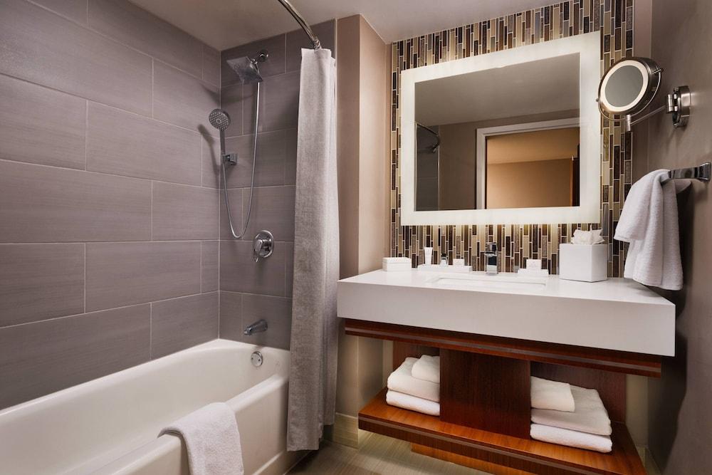 https://i.travelapi.com/hotels/1000000/130000/126600/126563/91f6c3f8_z.jpg