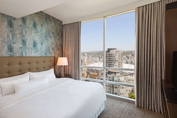 Deluxe Suite, 1 King Bed, City View (2 Room)