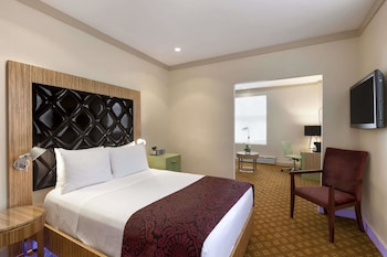 Business Suite, 1 Queen Bed, Non Smoking (Premier Club)