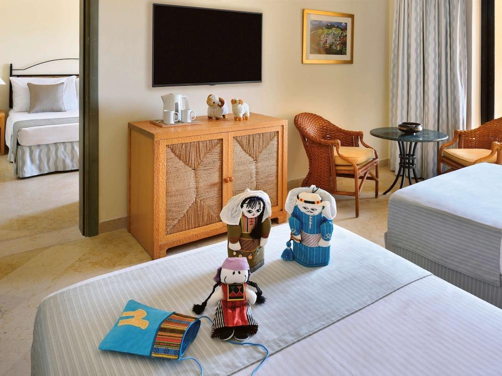 https://i.travelapi.com/hotels/1000000/160000/150600/150523/d2353ea5_z.jpg
