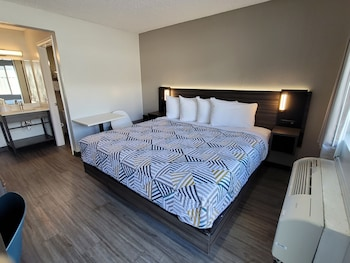 Comfort Room, 1 King Bed, Kitchenette