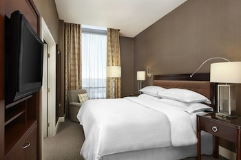 Traditional Suite, 1 King Bed, Non Smoking, Corner