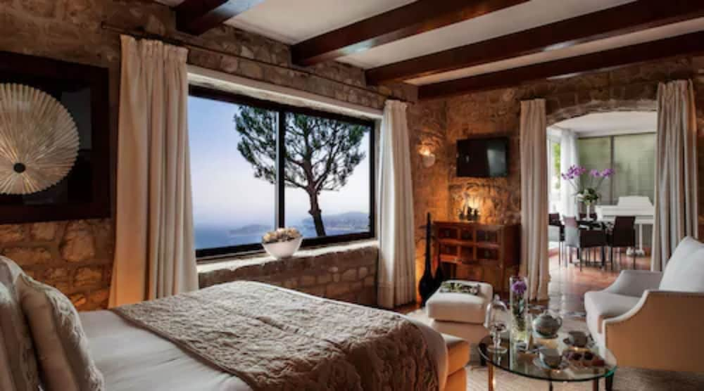 https://i.travelapi.com/hotels/1000000/180000/174900/174801/baec2372_z.jpg
