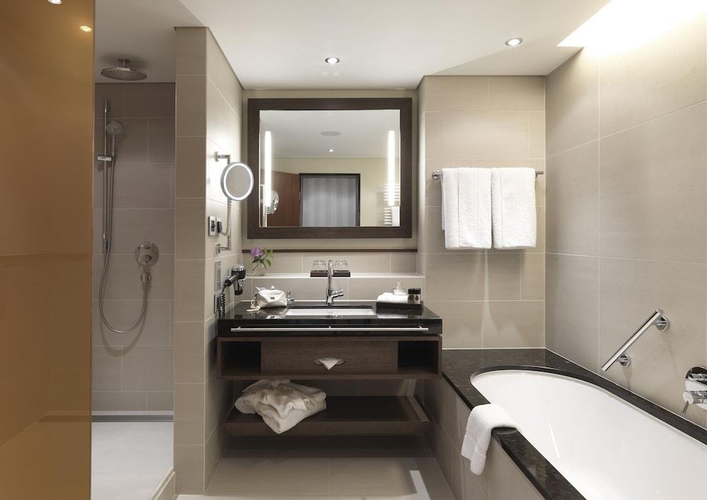 https://i.travelapi.com/hotels/1000000/180000/176100/176099/0c793ab4_z.jpg