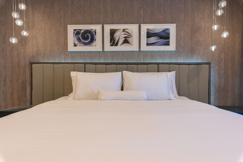https://i.travelapi.com/hotels/1000000/180000/176800/176713/3931a810_z.jpg