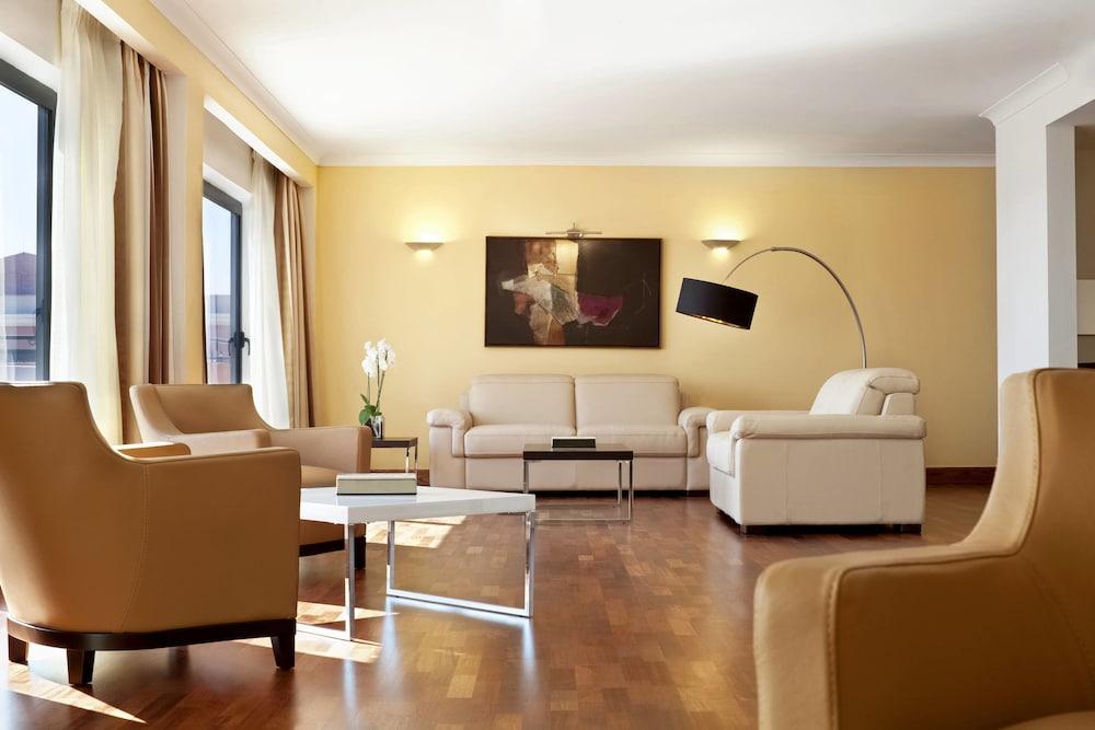 https://i.travelapi.com/hotels/1000000/180000/176800/176713/3b229b76_z.jpg