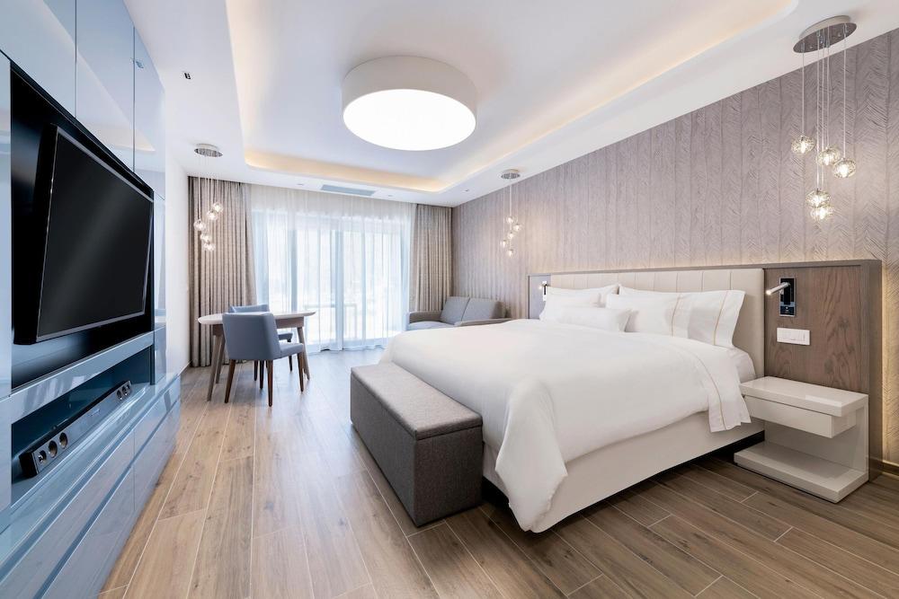 https://i.travelapi.com/hotels/1000000/180000/176800/176713/475281d0_z.jpg