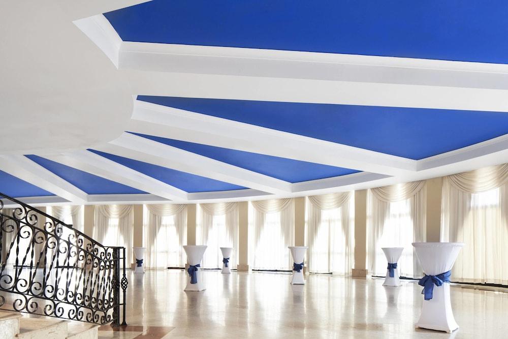 https://i.travelapi.com/hotels/1000000/180000/176800/176713/4c241e84_z.jpg
