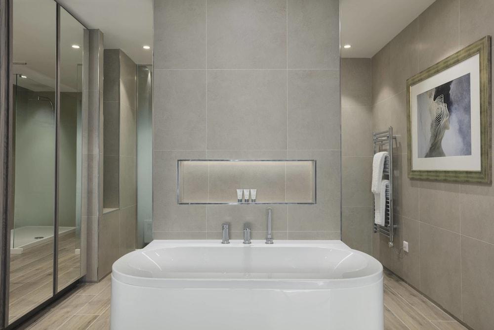 https://i.travelapi.com/hotels/1000000/180000/176800/176713/652c9491_z.jpg