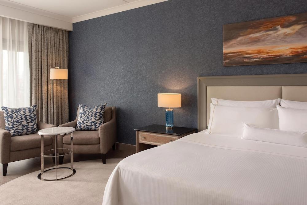 https://i.travelapi.com/hotels/1000000/180000/176800/176713/f30db43c_z.jpg