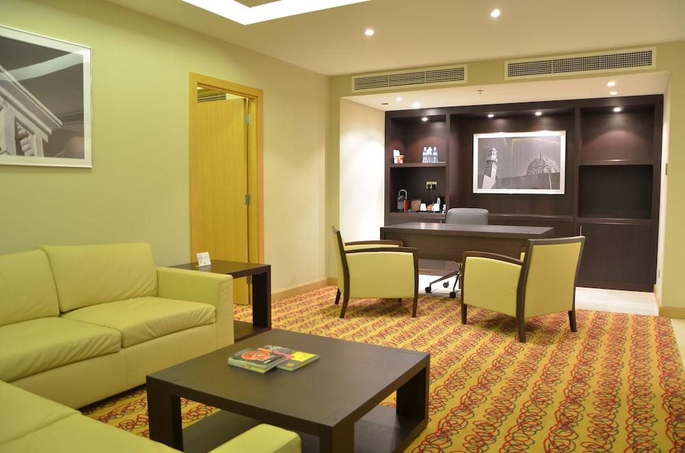래디슨 블루 호텔 도하(Radisson Blu Hotel Doha) Hotel Image 42 - Living Room