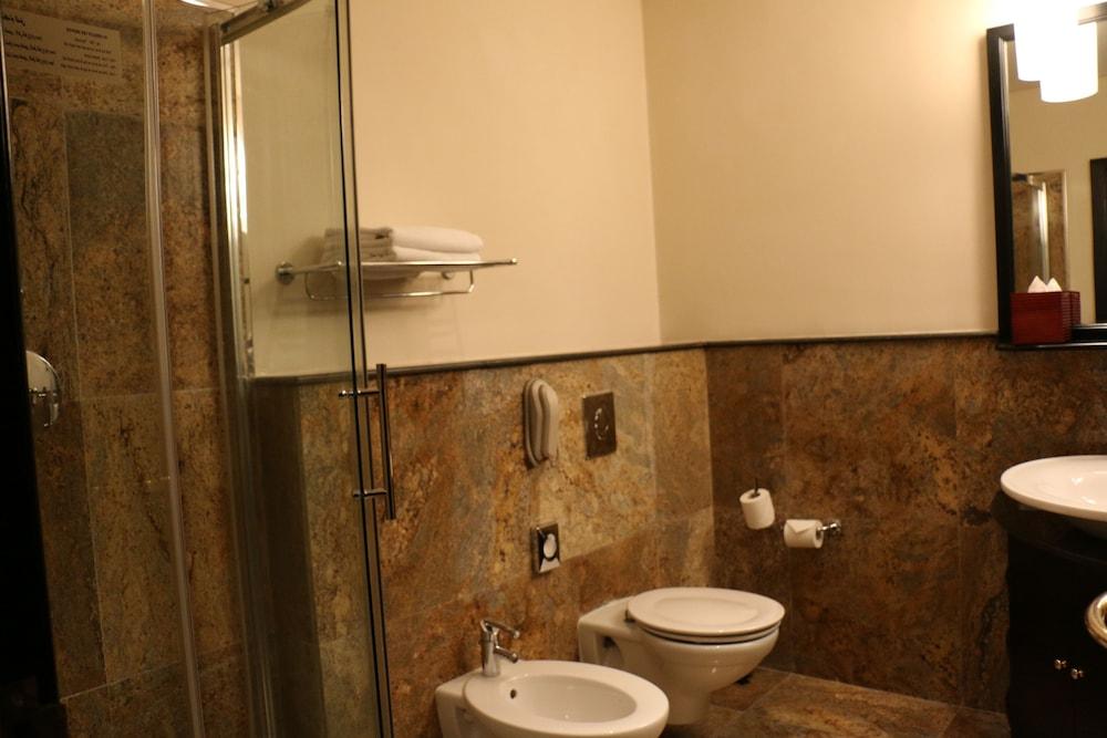 래디슨 블루 호텔 도하(Radisson Blu Hotel Doha) Hotel Image 44 - Bathroom